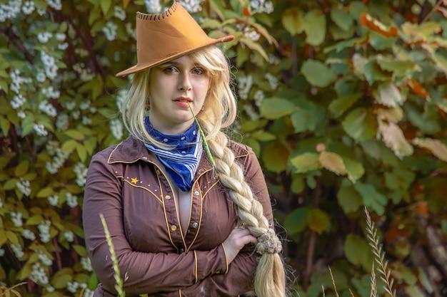 Cowgirl in een hoed close-up in het gebladerte