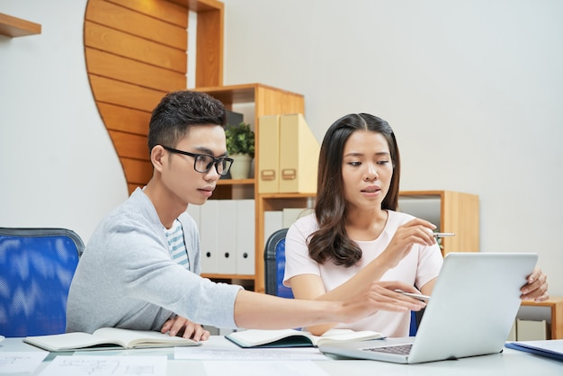 Coworking jonge ondernemers met behulp van laptop