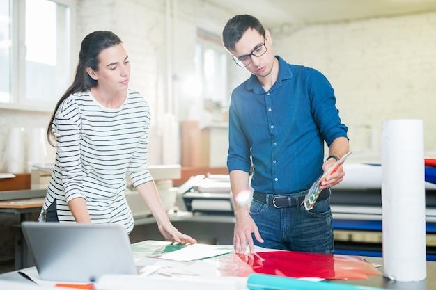 Coworking moderne ontwerpers van typografie