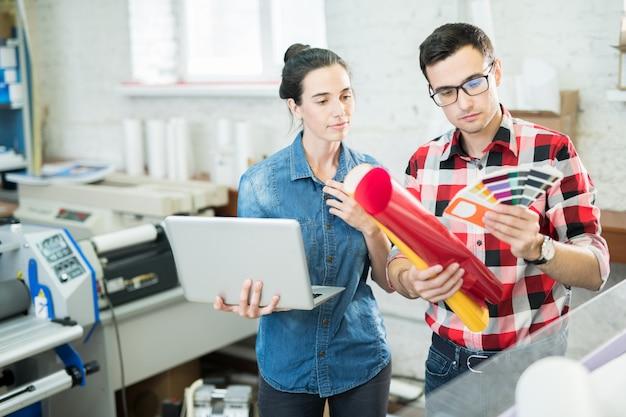 Coworking-ontwerpers die kleuren verkennen met paletten