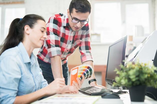 Coworking-ontwerpers die kleurrijk palet verkennen