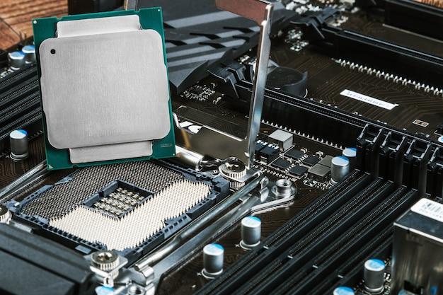 Cpu-aansluiting en processor op het moederbord