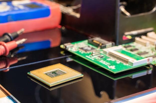 Cpu-processorchip met andere apparatuur op de werkplek van de ingenieur van de zwarte tafel stock photo