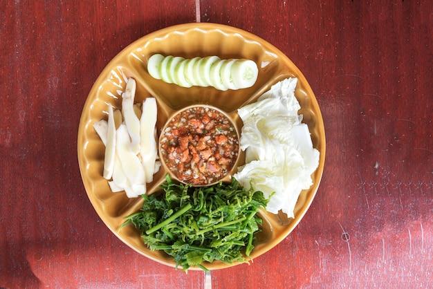 Crab roe chili pasta geserveerd met groente