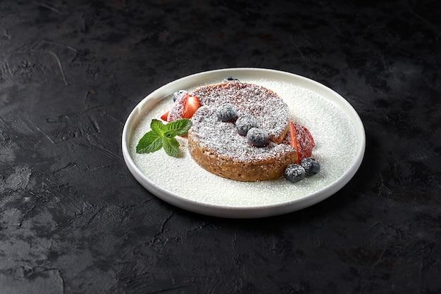 Crack pie, amerikaans dessert met een rijke zoutzoete smaak op basis van havermout, op een zwarte steen
