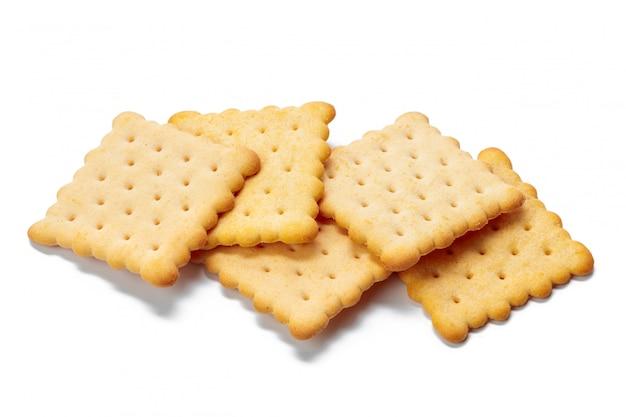 Crackerkoekjes op wit worden geïsoleerd dat