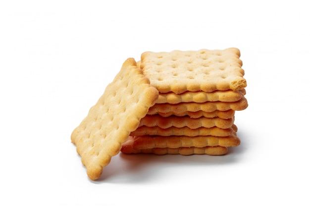 Crackerkoekjes op witte achtergrond worden geïsoleerd die