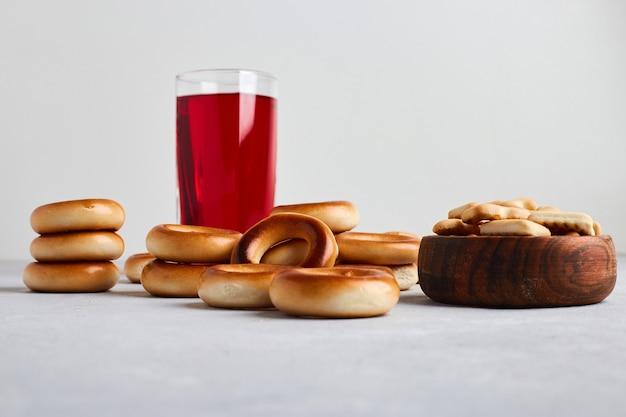 Crackers en broodjes geserveerd met een glas sap.