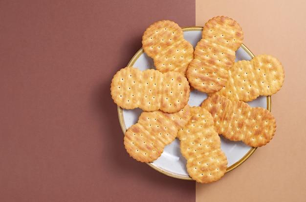 Crackers in plaat op tweekleurige achtergrond