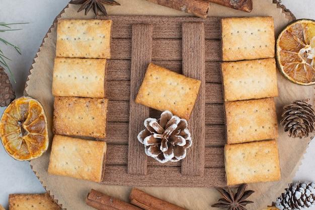 Crackers met aroma kaneelstokjes op houten plaat. hoge kwaliteit foto