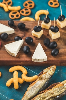 Crackers met gerookte vis en kaas op de houten tafel