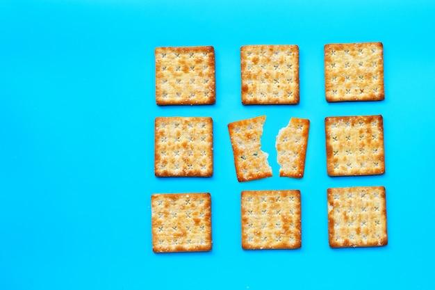 Crackers met suiker op blauwe achtergrond.