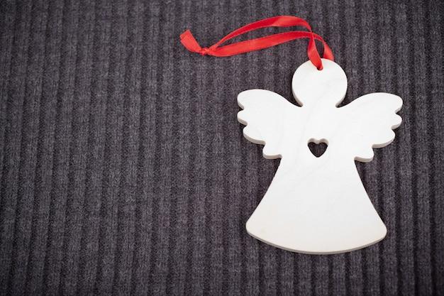 Craft houten engel op grijs gebreid