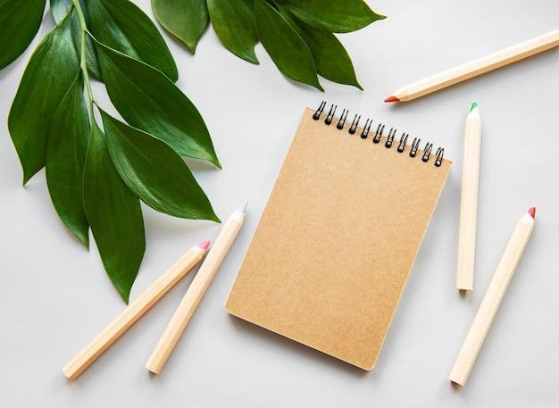 Craft notebook en groene bladeren
