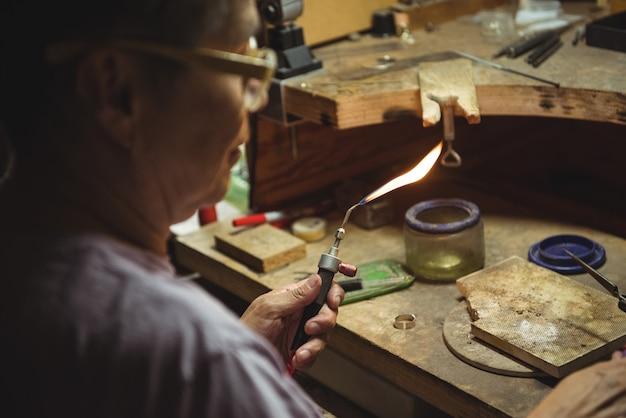 Craftswoman met behulp van een zaklamp