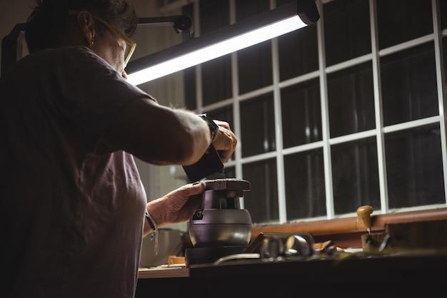 Craftswoman werken in werkplaats