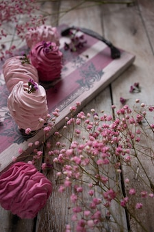 Cranberry en aardbei russische marshmallows op vintage houten feed bord