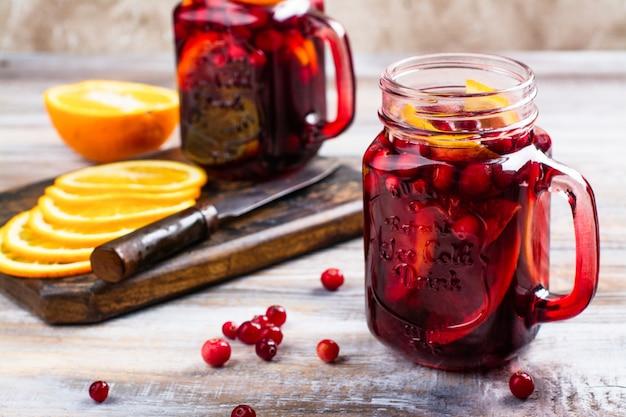 Cranberry en oranje zomer sangria met cranberry en sinaasappels