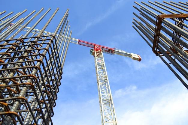 Crane tussen twee gebouwen in aanbouw