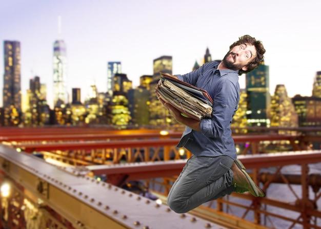 Crazy man springen. verbaasde uitdrukking