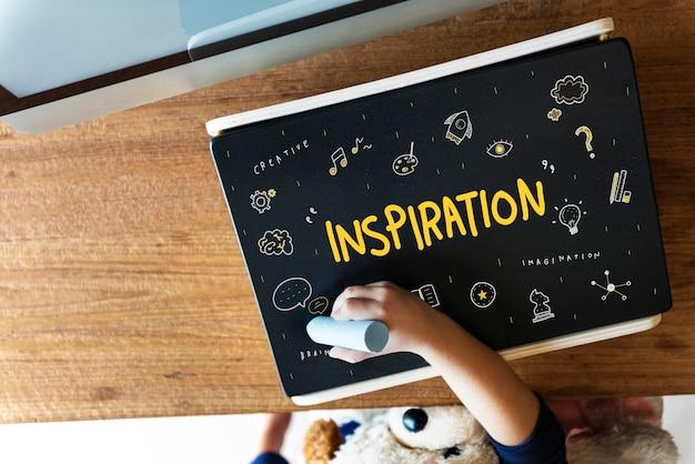 Creatie-ideeën light bule verbeeldingskunsten ontwikkelingsconcept Gratis Foto