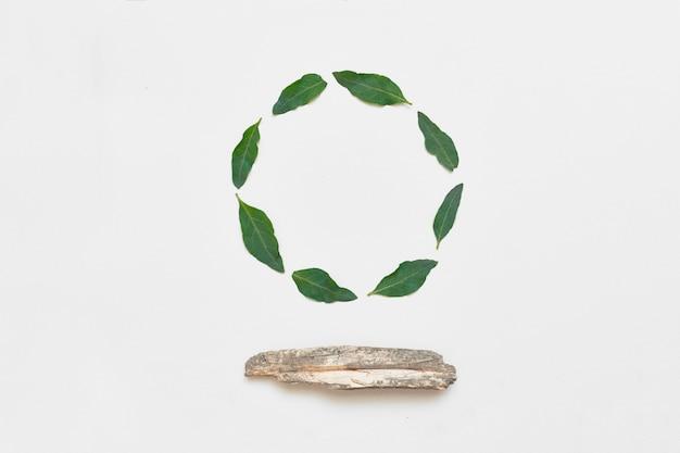 Creatief arrangement gemaakt van natuurlijke grijze bladeren