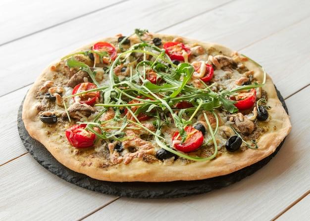 Creatief arrangement met heerlijke pizza