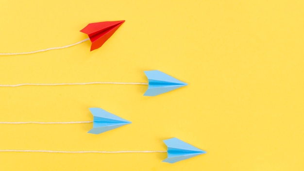 Creatief arrangement met papieren vliegtuigjes