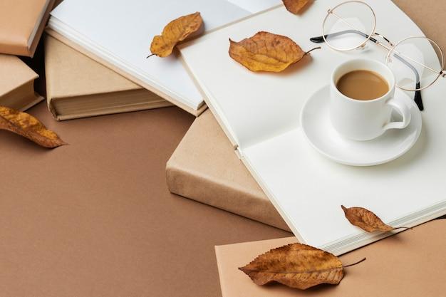 Creatief arrangement met verschillende boeken en een kopje koffie