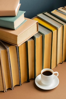 Creatief arrangement met verschillende boeken en koffie