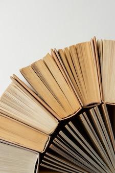 Creatief arrangement met verschillende boeken