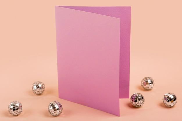 Creatief arrangement voor quinceañera party op tafel met lege kaart
