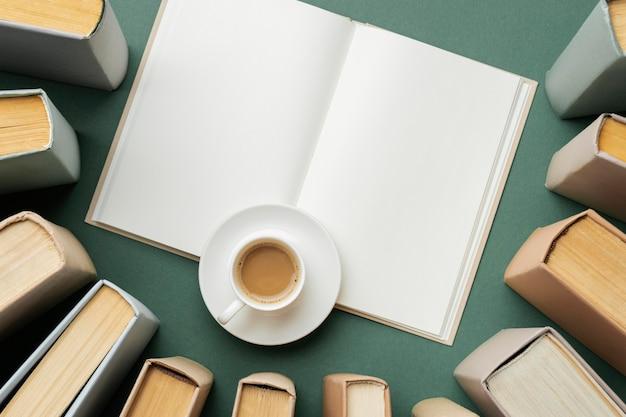 Creatief assortiment met verschillende boeken en een kopje koffie