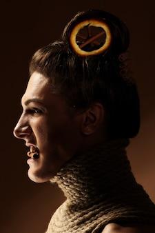 Creatief beeld met sinaasappel en kaneel in een kapsel
