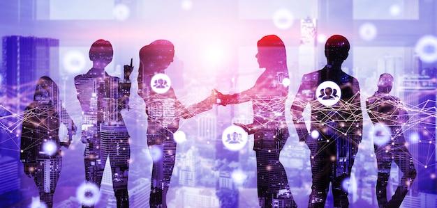 Creatief beeld van veel conferentiegroepsvergaderingen van zakenmensen