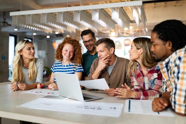 Creatief brainstormen. gelukkige jonge zakenmensen, ontwerpers, architecten die als een team op kantoor werken