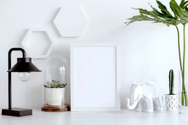 Creatief bureau met witte mock-up frame cactussen sappige zwarte lamp geometrische accessoires