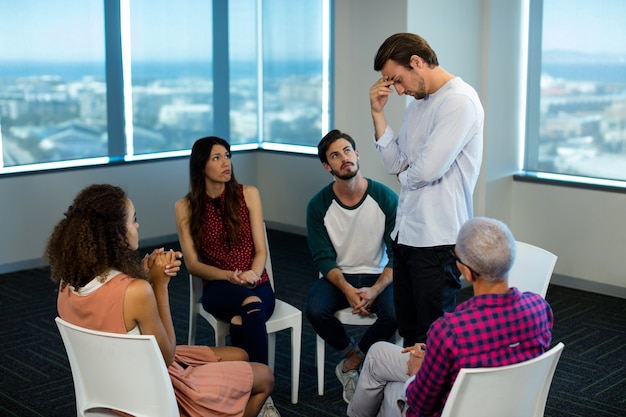Creatief business team en boos collega op kantoor