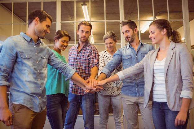 Creatief commercieel team dat hun handen samenbrengt