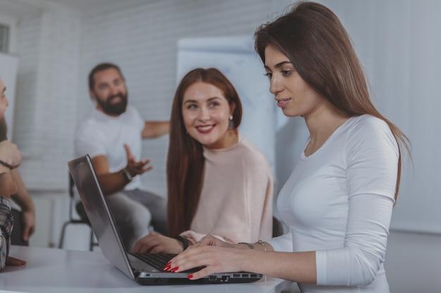 Creatief commercieel team dat op het kantoor samenwerkt