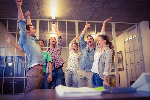 Creatief commercieel team die hun handen golven