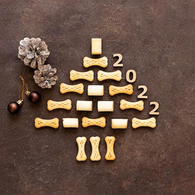 Creatief concept voor oud en nieuw 2022 voor kerstboom met koekjes zonder pit
