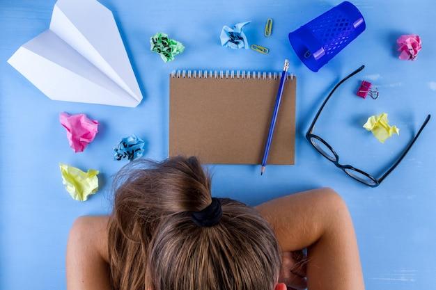 Creatief en ideeëncrisis, gestresste vermoeide jonge vrouw voelt zich uitgeput,