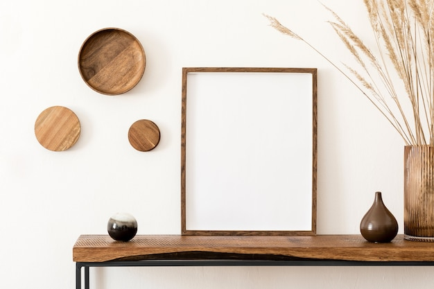 Creatief en stijlvol kamerinterieur met leeg frame, houten console en accessoires. witte muren. minimalistisch concept.