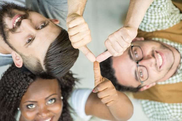 Creatief en team die duimen omhoog kijken maken