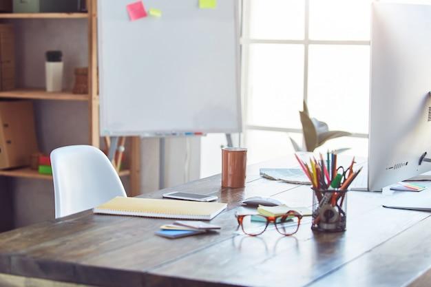 Creatief grafisch ontwerper bureau op kantoor