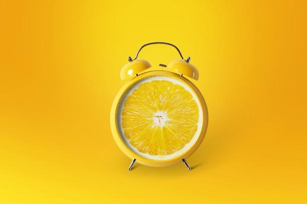 Creatief idee lay-out verse sinaasappelschijf wekker op oranje achtergrond. minimaal idee bedrijfsconcept. fruitidee creatief om werk te produceren binnen een reclamemarketingcommunicatie. zomer