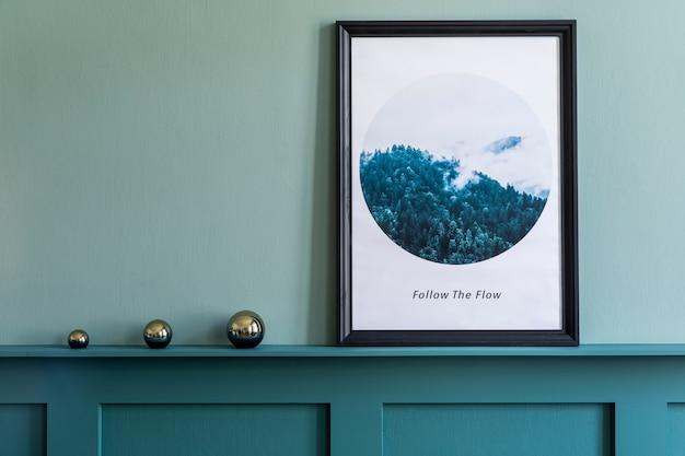 Creatief interieur van woonkamer in gezellig appartement met posterframe, decoratie en elegante accessoires. groene muren, parketvloer. thuis enscenering. .
