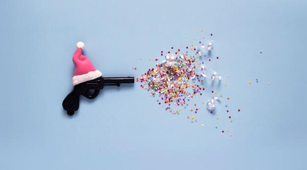 Creatief kerstconcept: kerstster gemaakt van vintage speelgoedpistool