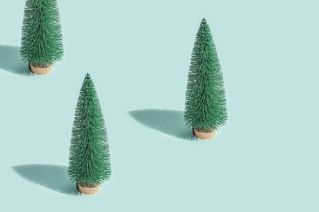 Creatief kerstpatroon van kerstboom op blauwe muntkleur nieuwjaarsamenstelling